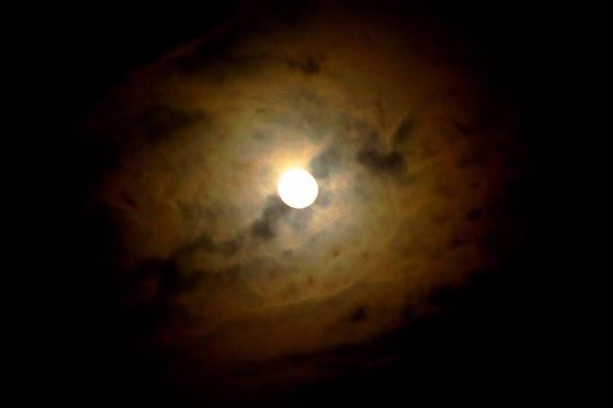 Seperti membelah bulan
