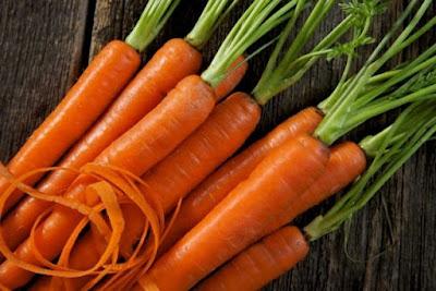 A cenoura é uma das principais fontes alimentares de beta-caroteno, nutriente que protege a pele contra o envelhecimento causado pelos raios solares.