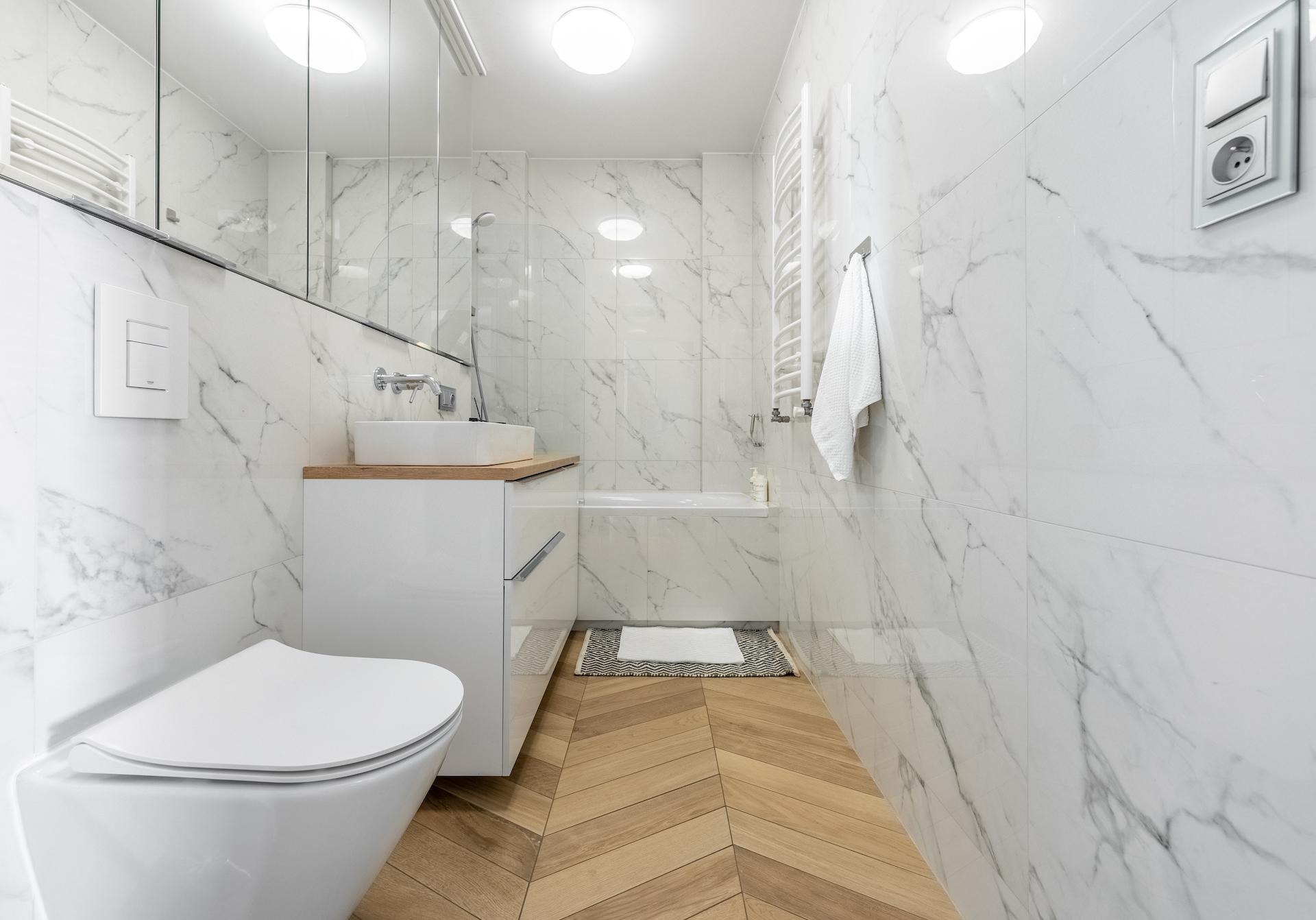 lustrzane szafki w łazience