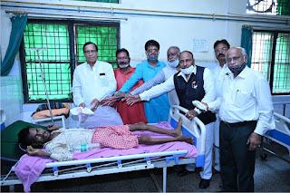 युवा सुधार संस्था ने जिला अस्पताल के मरीजों में बांटी फल, दूध व मिठाई   #NayaSaberaNetwork