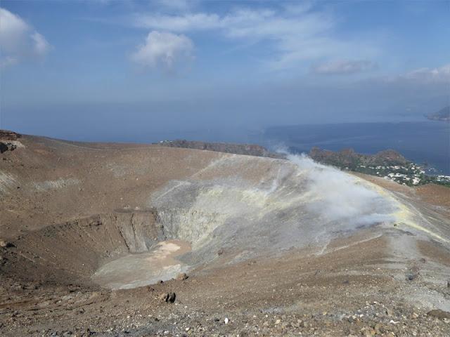 cratere e fumarole isola vulcano