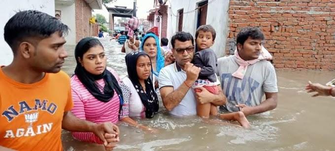 आफत की बारिश से बदहाल लोगो की मदद के लिए जिला अध्यक्ष शिव अरोरा ने खुद पानी मे उतरकर संभाला मोर्चा ।