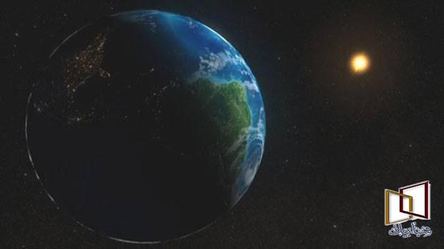 من أين أتت الشمس - بحث شامل عن الشمس    بحث شامل عن الشمس لعل الشمس هي أوضح وأهم ظاهرة تؤثر في حياة الإنسان ، حسب مواعيد حركتها يصحو وينام ، وحسب ميل أشعتها على الأرض تتغير الفصول المناخية والعادات البشرية . تمنح الشمس الأرض الحرارة والضوء ، ولولاها لما صارت حياة على هذا الكوكب ، بل ولو تغير مقدار أشعة الشمس التي تصلنا زيادة أو نقصانا ، لتجمدنا من البرد أو احترقنا من الحر . وقد أدرك الإنسان مبكراً جداً أهمية الشمس في حياته ، لذا فقد عبدها كإله في كثير من العصور . إنها النجم الهائل الذي يتوسط المجموعة الشمسية ، وتدور حوله كل الأجرام فيها . وتشكل الشمس ( 99.8 في المائة من كتلة المجموعة الشمسية ، فكل الكواكب والأقمار والمذنبات والكويكبات لا تشمل في مجموعها سوى 0.2 في المائة فقط !   الشمس  الشمس هي كرة هائلة من الغاز ، وهي تتكون من الهيدروجين بنسبة 74 في المائة ، ومن الهيليوم بنسبة 25 في المائة ، والنسبة الضئيلة الباقية تتكون من عناصر أخرى . تبلغ درجة حرارة سطح الشمس حوالي 5315 درجة سيليزية ، وعلى هذا فيجب أن يكون لون الشمس أبيض ، إلا أننا نراها صفراء بسبب تشتت فوتونات الجزء الأزرق من الضوء ( والتي تعطي السماء لونها الأزرق ) ، وعندما يفقد الضيف الضوئي جزأه الأزرق فإن الجزء المتبقي يميل إلى الاحمرار ، لكننا نراه بلون أصفر أثناء النهار ، بينما يظهر واضحا أن اللون الحقيقي للشمس هو الأحمر البرتقالي وقت الغروب . وتولد الشمس حرارتها من تفاعل اندماج نووي يحدث بداخلها ، حيث تندمج أنوية ذرات الهيدروجين لتكوين الهيليوم .   وشمسنا نجم براق نسبياً ، فهي أكثر بريقاً من 85 في المائة من النجوم الموجودة في مجرتنا درب التبانة . وتدور الشمس - هي وكواكب المجموعة الشمسية - حول مركز المجرة ، لتكمل دورة كاملة حول المركز مرة كل 225 إلى 250 مليون سنة ! وقد يبدو لنا أن سرعة دوران الشمس بهذا الشكل هي سرعة بطينة جداً ، إلا أنها في الحقيقة تبلغ 217 كيلومترا في الثانية الواحدة ! وهذا يدلنا إلى حد يبلغ الحجم الهائل للمجرة . والأرجح أن الشمس تكونت من الموجات الصدمية المتولدة عن نجم متفجر ( سوبرنوفا ) ، ويدعم هذه النظرية كون المجموعة الشمسية غنية بالعناصر الثقيلة كالذهب واليورانيوم ، وتتكون هذه العناصر الثقيلة من التفاعلات النووية التي تحدث داخل السوبرنوفا .  ويعتبر ضوء الشمس مصدر الطاقة الأساسي على س