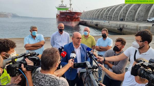 Llega al Puerto de Tazacorte el buque cisterna enviado por el Gobierno de España