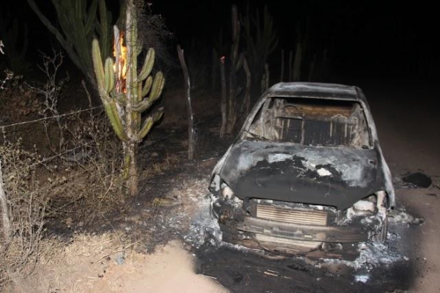 Carro é encontrado incendiado em estrada vicinal de Riachão do Jacuípe