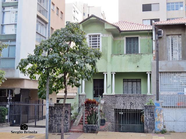 Vista de uma casa antiga com toques de estilo Neoclássico na Avenida Nove de Julho - Jardim Paulista - São Paulo