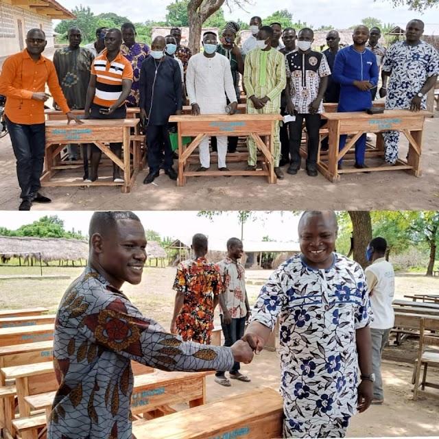 La diaspora d'Afolé dote les écoles  de la localité de tables blancs