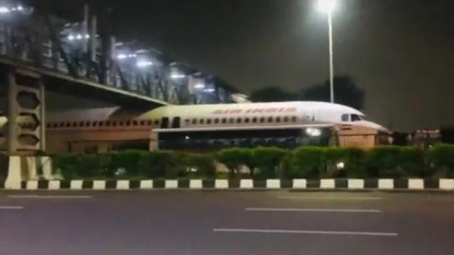 Pesawat Air India Nyangkut di Jembatan