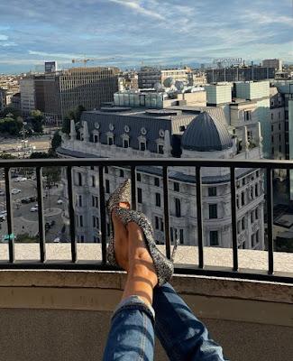 Caterina Balivo foto oggi scarpe tacchi alti Milano 8 ottobre