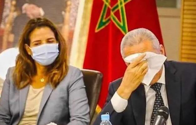 مولاي حفيظ العلمي يذرف الدموع في حفل تسليم السلط.. +فيديو