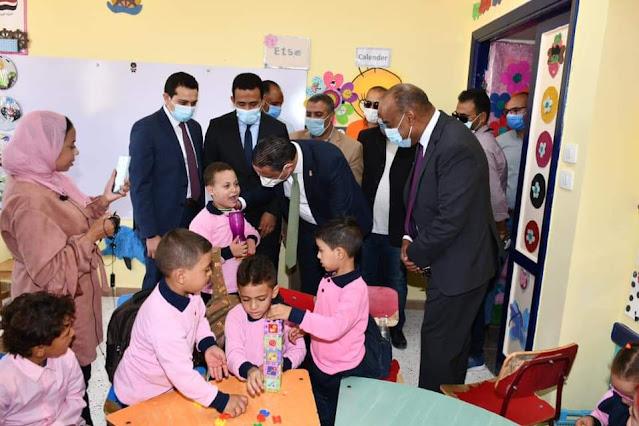 """مع بدء العام الدراسي الجديد..محافظ الفيوم يتفقد عدداً من المدارس ضمن المبادرة الرئاسية """"حياة كريمة"""""""
