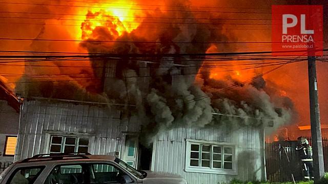 """Incendio afecta vivienda de población """"Modelo"""" en Puerto Montt"""