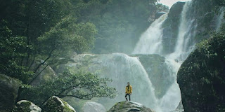 Pesona Asri Bebatuan Besar di Air Terjun Riam Kuweg Bengkayang Kalbar