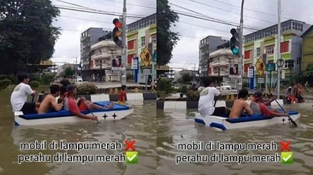 Viral Pemuda Naik Perahu Berhenti di Lampu Merah, Publik Melongo: Cuma Ada di +62