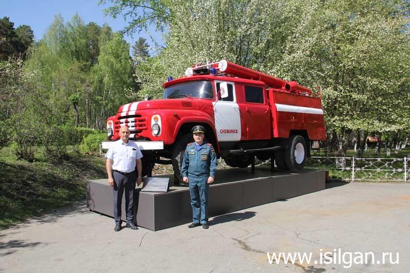 Памятник пожарному автомобилю. Город Снежинск