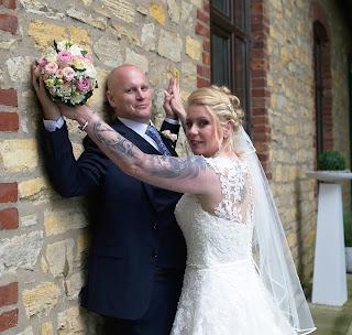 Brautpaarshooting Hochzeitsfoto Wand Brautkleid Brautstrauß Busch in Atter