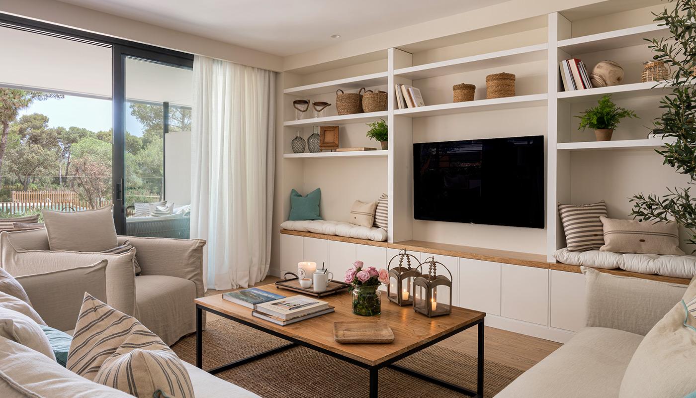 Salón con mueble de pladur y sofás en L