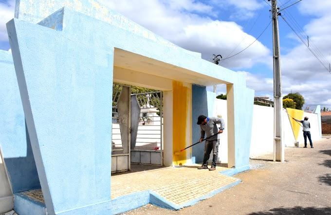 Governo Municipal realiza  limpeza, restauração e pintura do Cemitério Antônio Leite e da Praça da Saudade