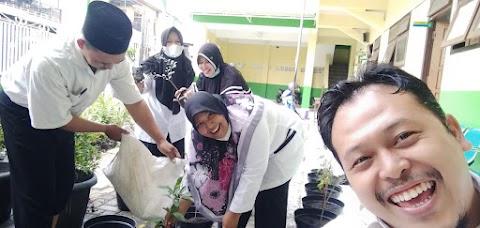 Meningkatkan Kesadaran Lingkungan, MIMA Ajak Guru Tanam Pohon di Madrasah