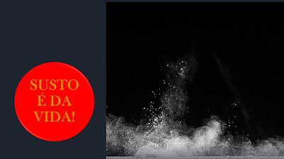 Imagem em preto e branco semelhante uma escuridão do universo e ao lado tem um círculo com a frase susto é da vida, ao centro.
