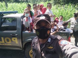 Mobil Patroli Polsek Maiwa Polres Enrekang Berikan Tumpangan Pelajar Saat Pulang Sekolah
