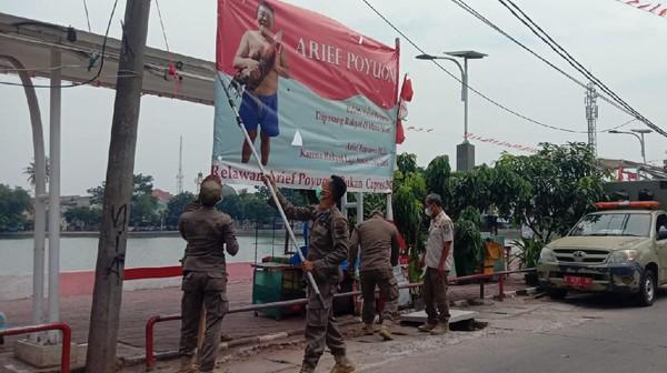 Teka-teki Pemasang Baliho Arief Poyuono Telanjang Dada di Depok