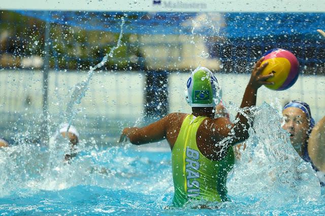 Usando maiô verde, jogadora do Brasil se prepara para fazer um arremesso ao gol