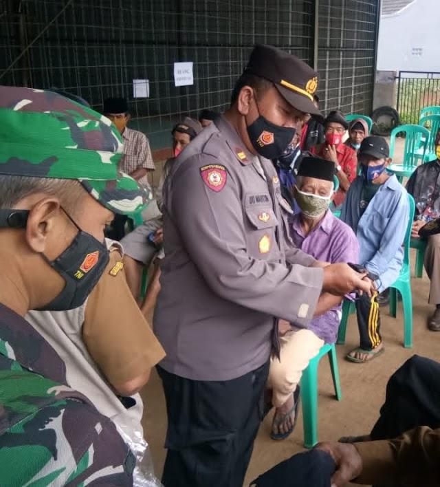 Jajaran Polsek Bojonggambir Bagikan Masker,  Bukti Polri Ada Untuk Warga Masyarakat.