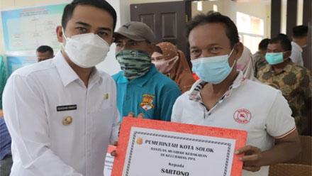 Wawako Solok Serahkan Bantuan bagi Korban Kebakaran di Pandan
