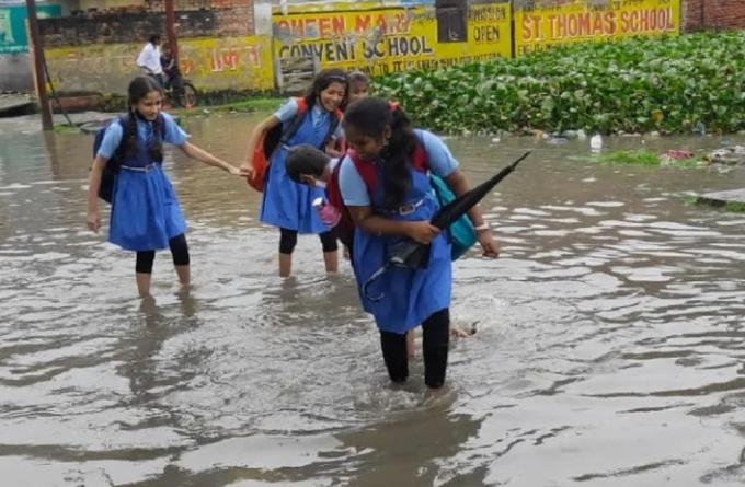 गोरखपुर में साढ़े तीन सौ पंप लगाने के बाद भी नहीं निकल पा रहा पानी