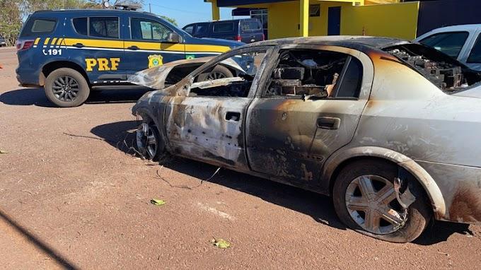 PRF apreende carro carregado de cigarros e que pegou fogo após perseguição no Paraná