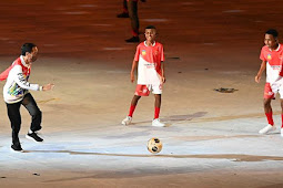 Joko Widodo Play Soccer with 3 Papuan Boys at National Games Opening