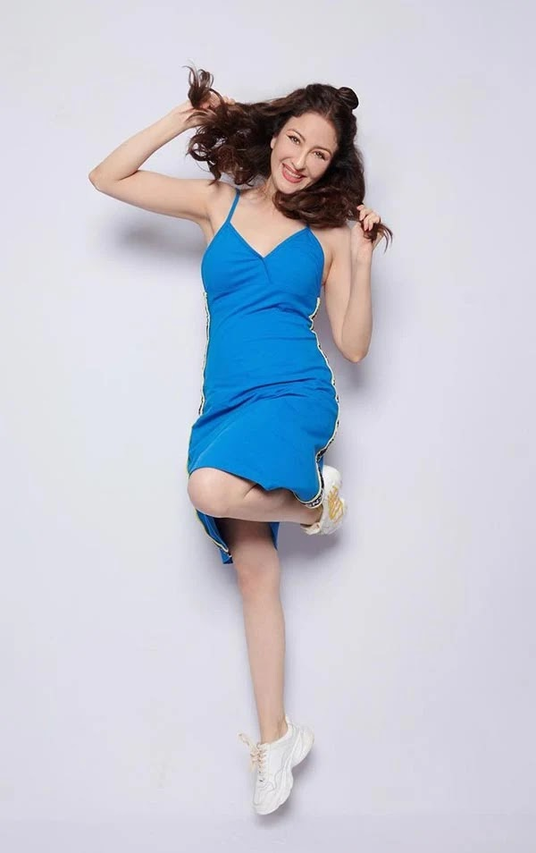 Saumya Tandon in short blue dress wins fans with her stylish and stunning look.