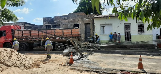 Caminhão carregado de tijolos colide contra poste de alta tensão em Caxias-Ma
